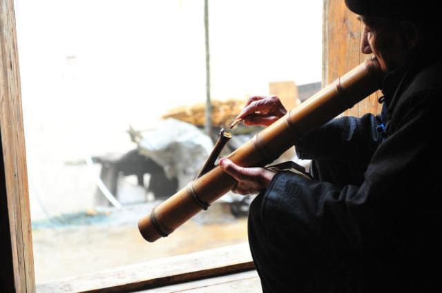 中国几乎消失 云南92岁老人和他的竹筒烟