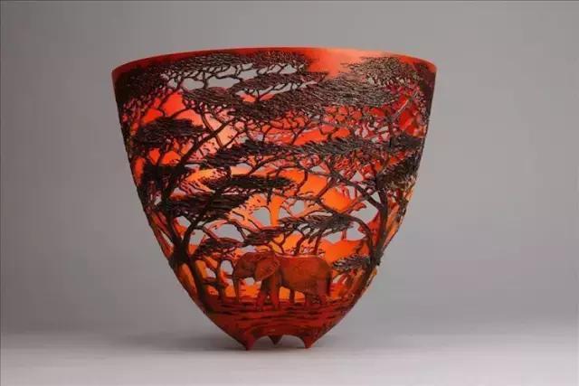 用木头雕刻的木雕茶杯