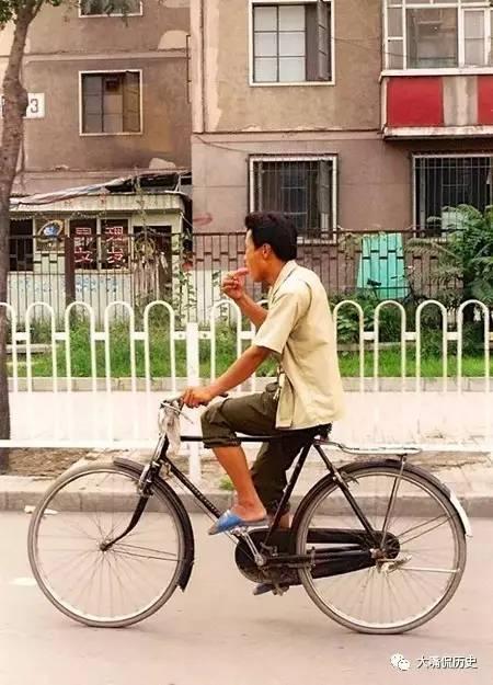 90年代穿着社青年范儿,提着拖鞋,裤子摇滚,骑着大二八自行车,吃着台美女防水高跟图片