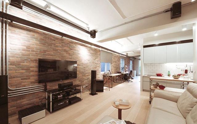 电视墙有着粗放质感的红色砖墙设计,突出室内工业风装修设计的主题图片