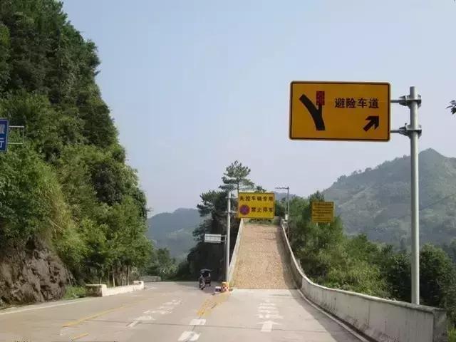 假如:汽车高速行驶中刹车失灵,该不该拉手刹?