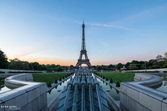 现在的埃菲尔铁塔高约324米,相当于81层楼高,也是现如今巴黎市区最高