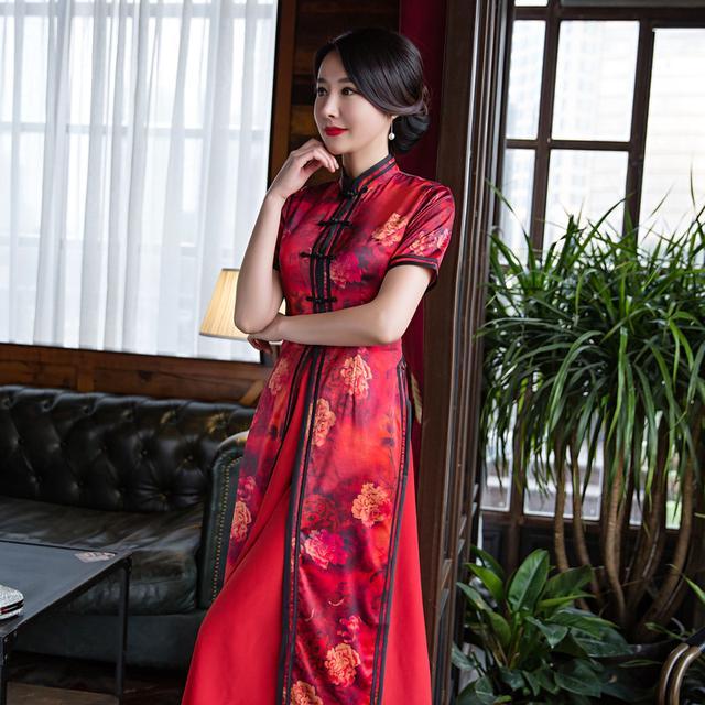 红艳艳的奥黛旗袍,在设计师的造化下,将旗袍性感的动人之处与奥黛优雅