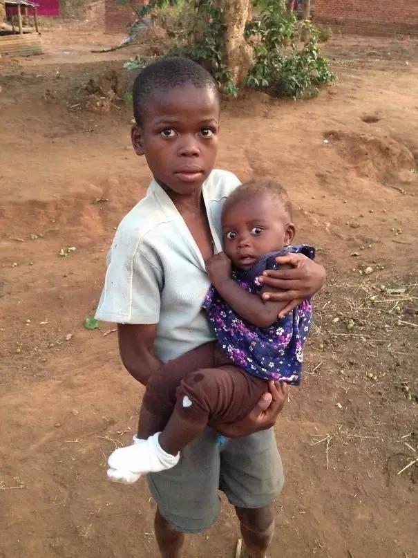 非洲宝宝第一次见到白人. 部落的孩子们第一次看到ipad.