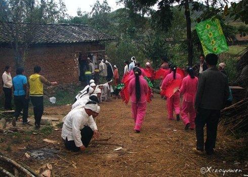 在云南偶遇壮族出殡仪式,这里依然盛行木棺土葬