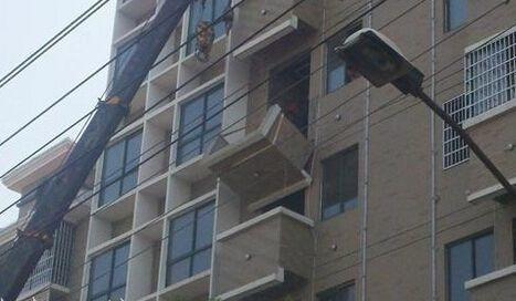 挑板式阳台承重最小,一般是将阳台板悬挑做成的.图片
