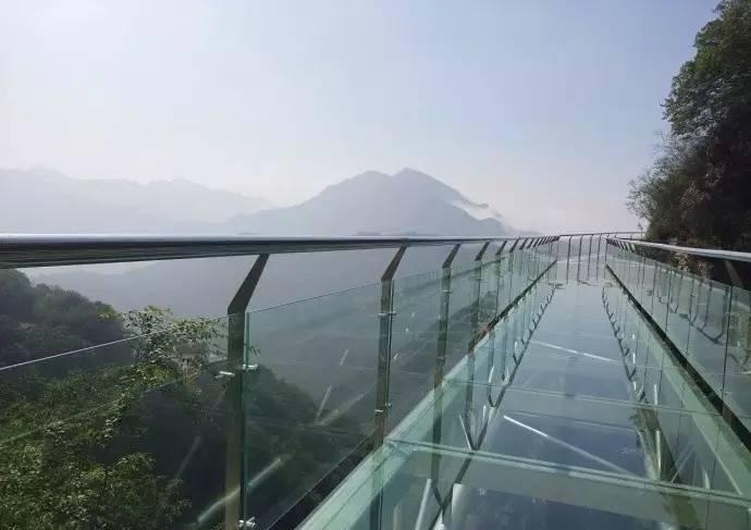 比张家界玻璃桥还恐怖!华北最长玻璃栈道已开放!