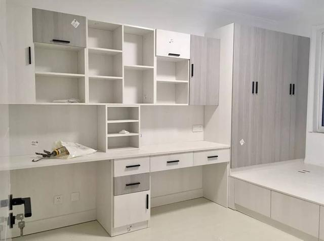 房产 正文  1,像下面这样书桌,书柜与衣柜的吊柜部分组合起来,效果