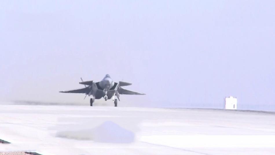近日,网上出现中国空军歼-20隐形战斗机进行多机编队飞行的图片和