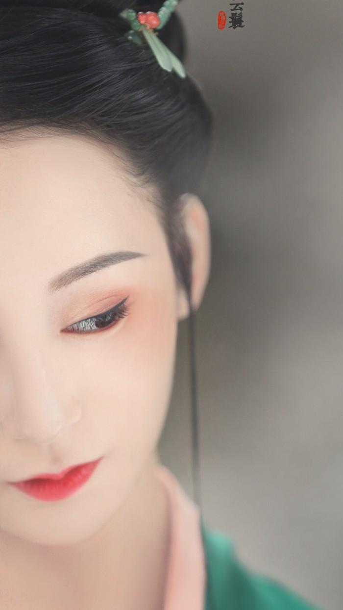 一女子模仿经典人物林黛玉拍摄一组写真,照片中的她丹凤眼柳叶眉樱桃