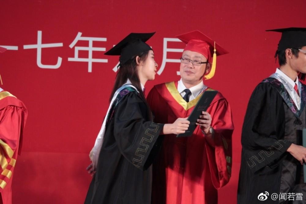 女大学生毕业典礼亲校长 大学没有遗憾了