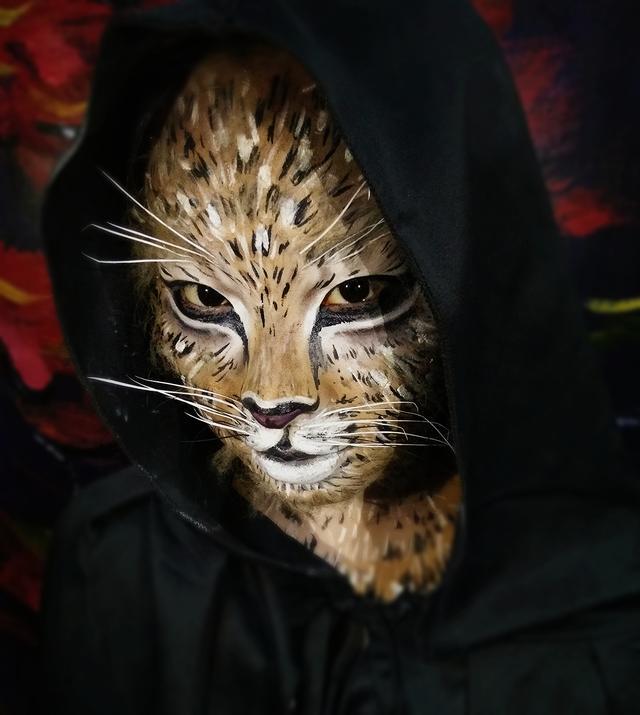 正文  最近一位化妆师化了一个仿妆《动物妆――豹妆》以假乱真 豹子