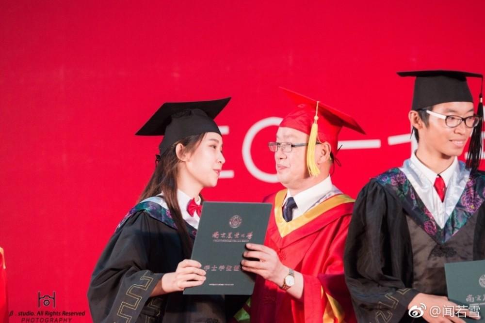 女大学生毕业典礼亲吻校长 圆满了
