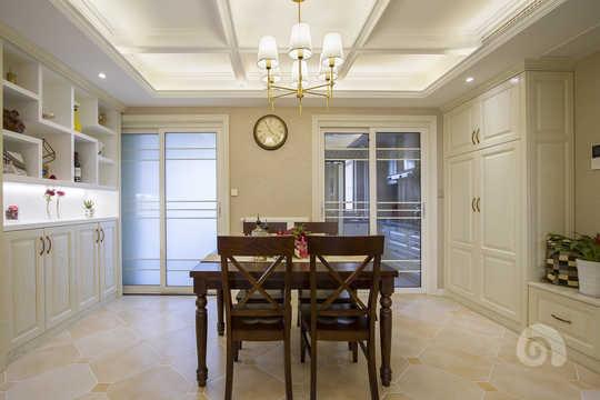 餐厅区吊顶预留反光灯槽,石膏线条装饰配以美式铜质灯饰.