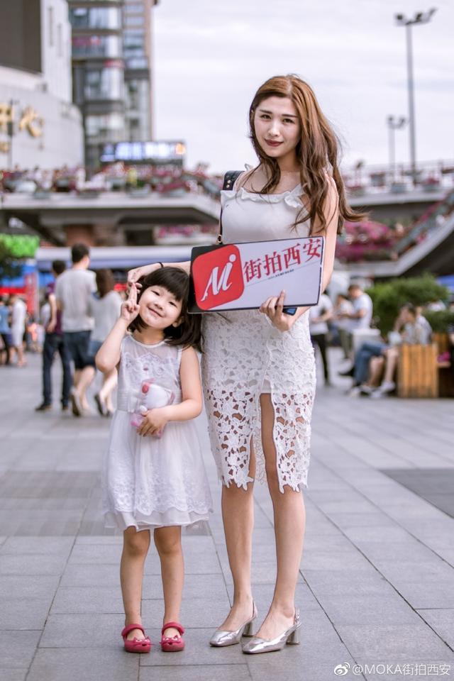 西安造型辣妈和萌宝街拍凹视频合影也是非常美女2美女胸顶图片