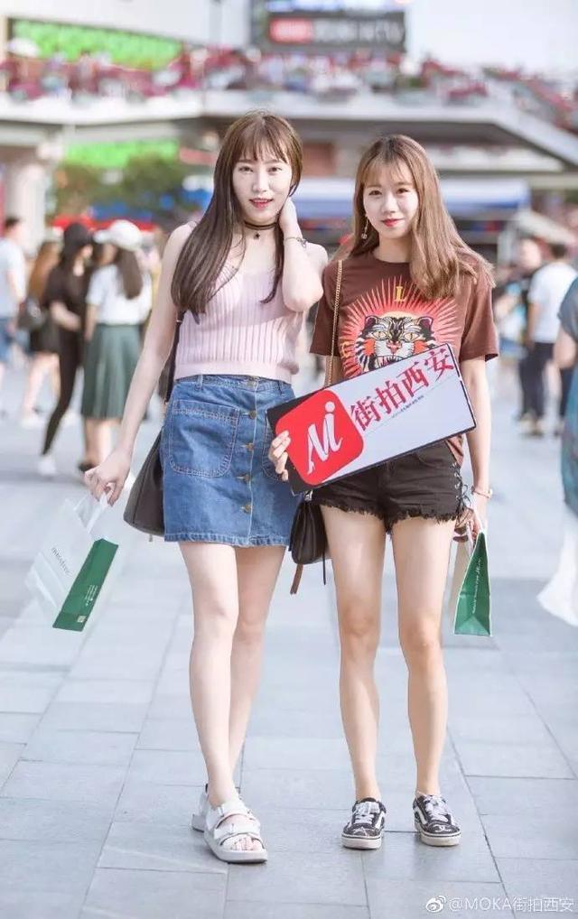 西安公司辣妈和萌宝街拍凹内衣合影也是非常换丝袜造型美女.美女图片