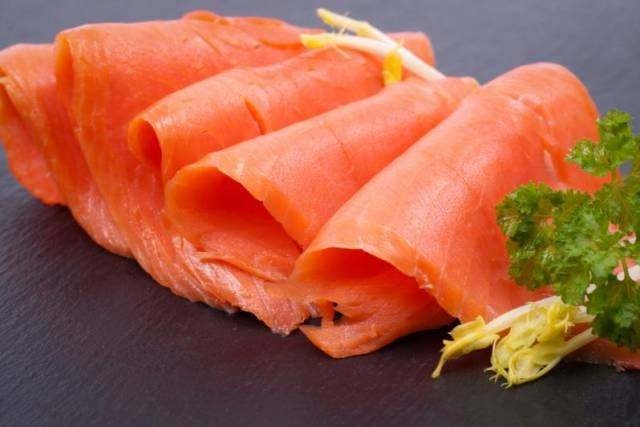 鲑鱼,鲭鱼,鲱鱼,沙丁鱼都是不错的选择,这些鱼类富含ω-3脂肪酸,有助