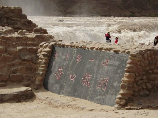 用铅笔画瀑布-壶口瀑布在山西吉县方向,形成一个天然洞穴,可以直接通往壶口瀑布