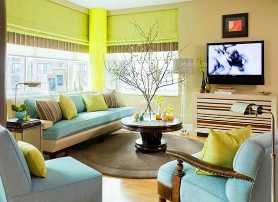 姜黄色的客厅墙面颜色与白色的天花板颜色柔软搭配,错落有致的盆栽