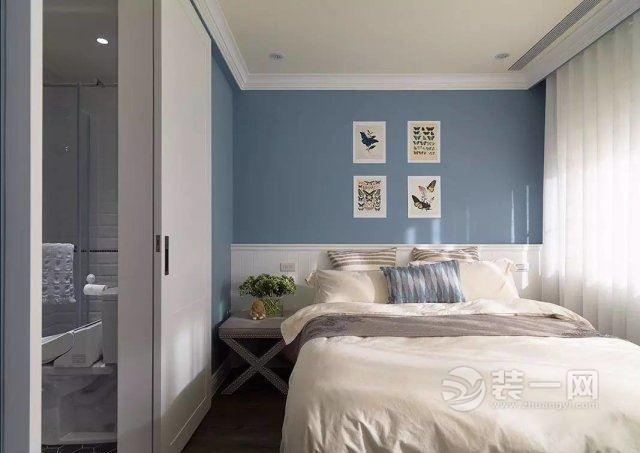 主卧是用了蓝色的乳胶漆,床头用了白色护墙板,一组装饰画点缀图片