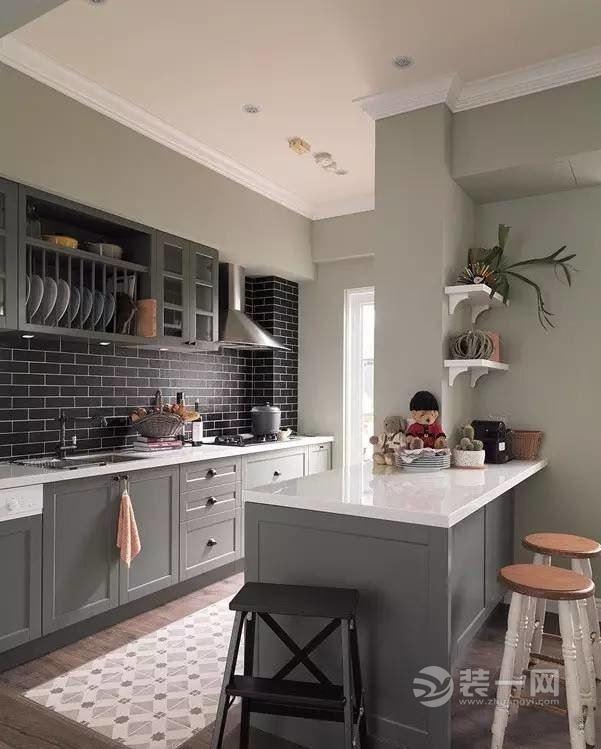 厨房区域还是铺了瓷砖,墙面采用黑色的面包砖工字型铺贴,加上模压