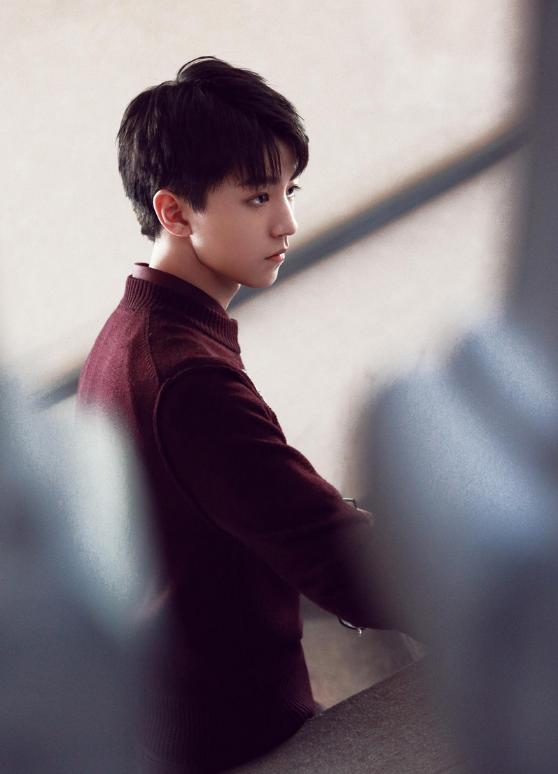 王俊凯置身于米兰,以帅气的短发造型出镜