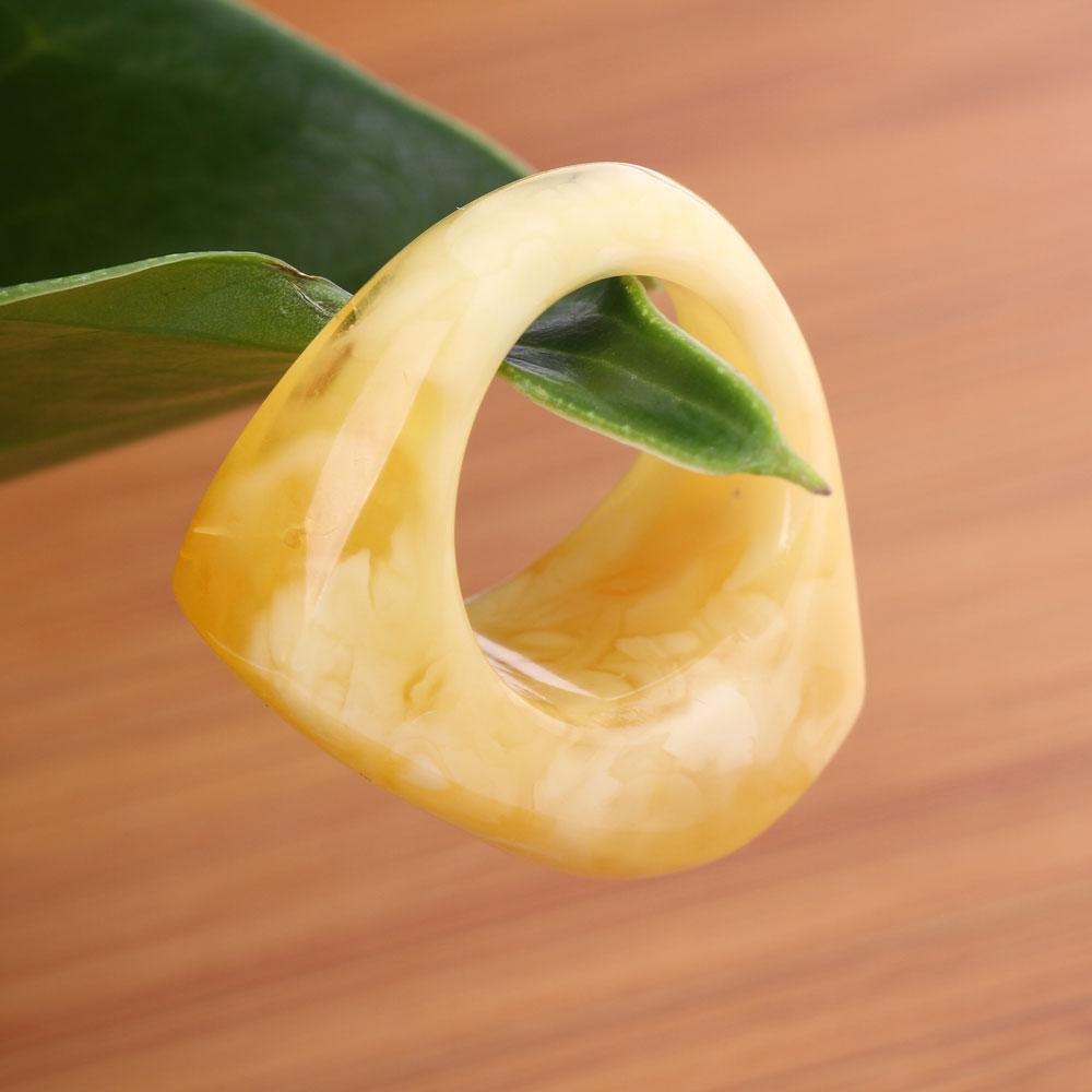 蜜蜡戒指图片,自然型:蜜蜡与其他彩色宝玉石,用金银镶嵌,呈花,草