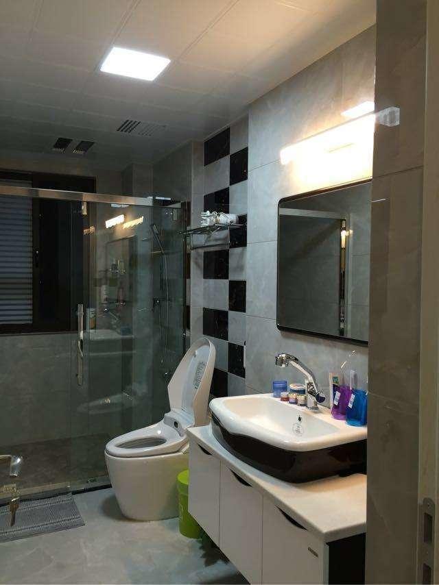 卧室的装修,卧室铺的木地板,还有衣柜,主卧还有自己的独立卫生间.