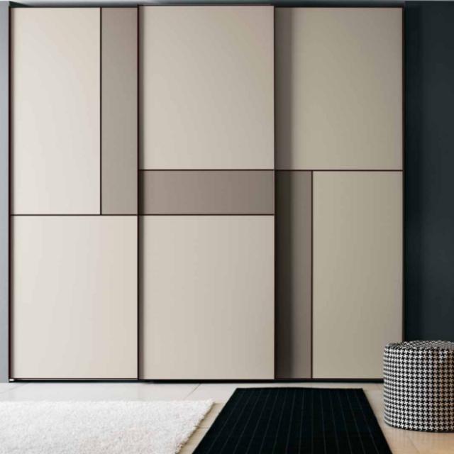 衣柜内部通常分为上中下部分,能最大限度节省卧室空间.