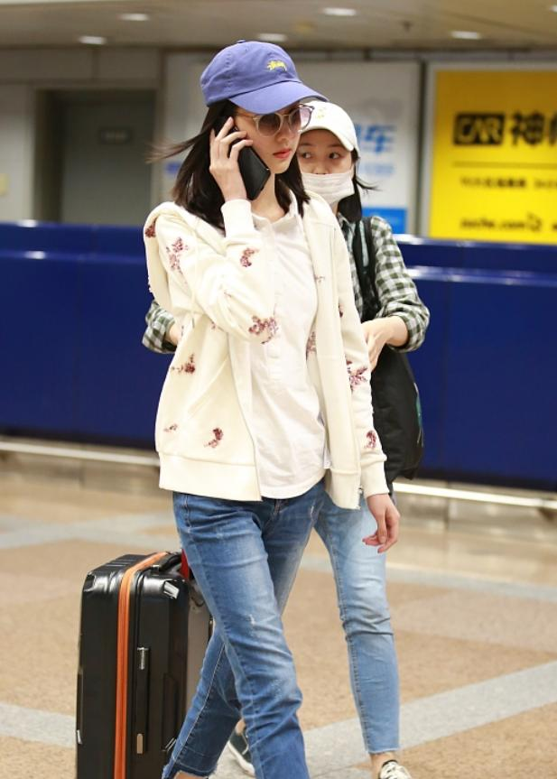 陈都灵头戴棒球帽休闲装扮现身机场,青春靓丽