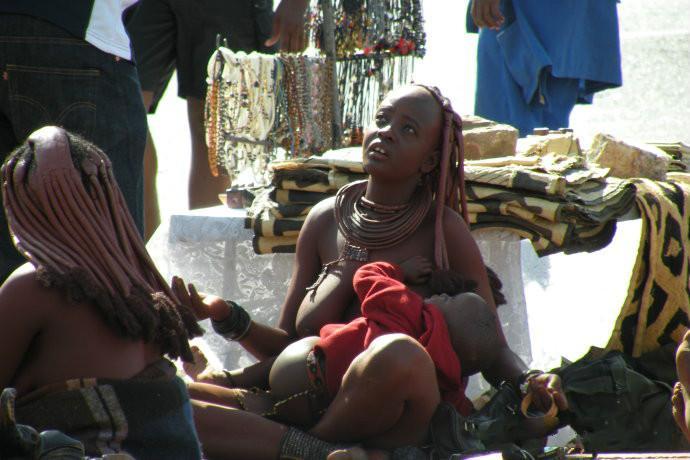 原始女人_非洲原始部落女人上街摆摊,引来了众人围观