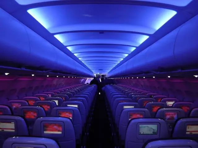 你知道飞机上的灯光是怎么定的吗?