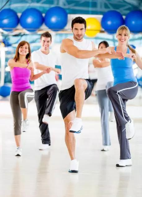 女生去健身房一个男生业务员寸步不离跟着女生