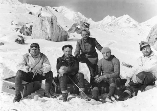 希特勒真的在西藏发现神秘洞穴,里面隐藏蕴含无穷能量的地球轴心?
