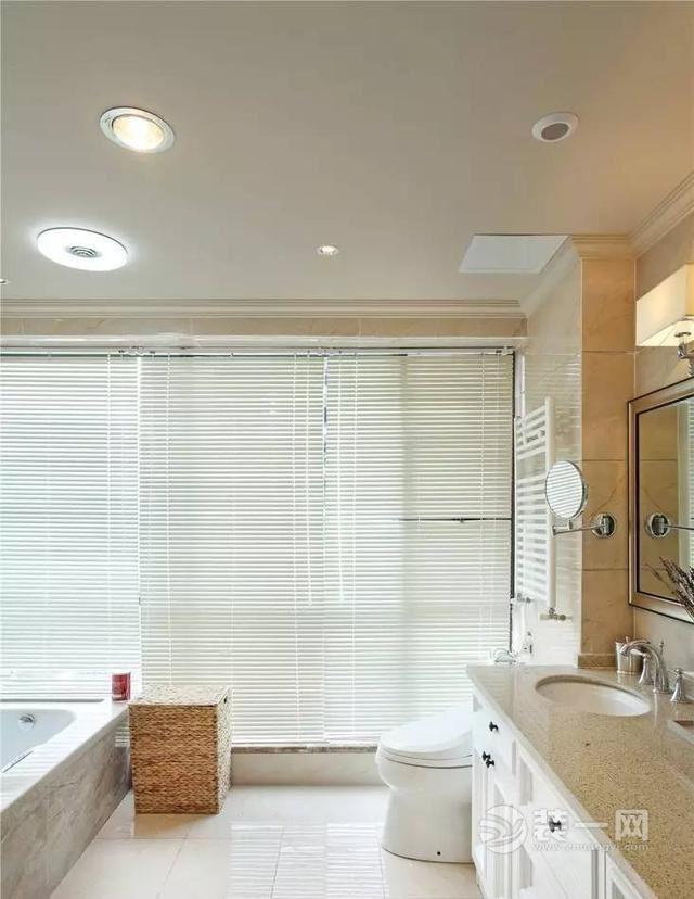 另一卫浴间,以百叶窗作为装饰,搭配浴缸,采光佳.图片