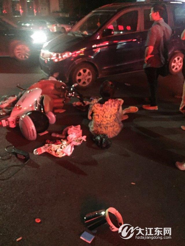 昨晚义蓬文化娱乐中心路口发生车祸,围观者:好险