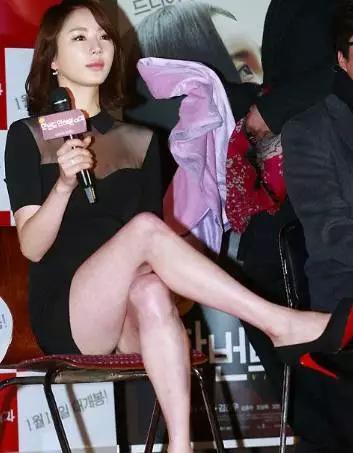 (不过还是要提醒,女孩子少跷二郎腿,会导致腿型长歪.)正确姿势如下↓