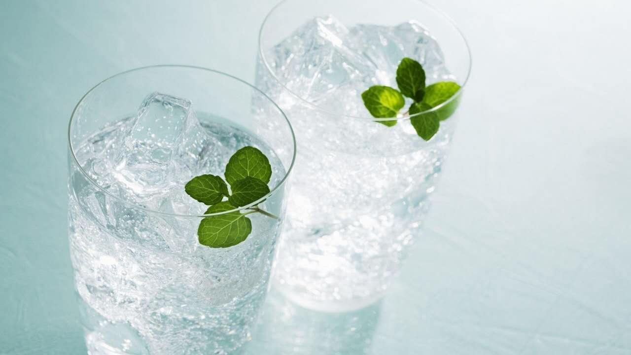 从装饮料杯子来看,我们一看就知道是圆柱体,进行数学抽象化,得到下面