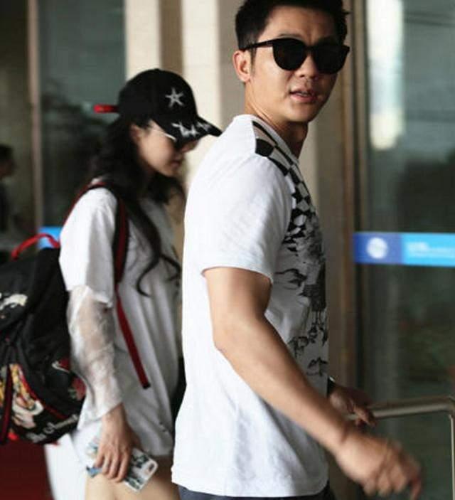 范冰冰和李晨现身机场冰冰手拿衣服遮挡小腹似有喜