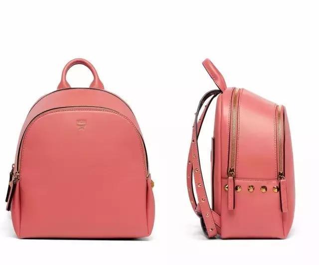 他家的包包有个朝下的小箭头,还挺可爱的.参考价:3231元.