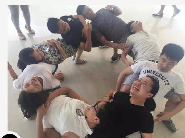 游戏规则:很多人围成一个圈,半蹲式,前面的人躺在后面的腿上.