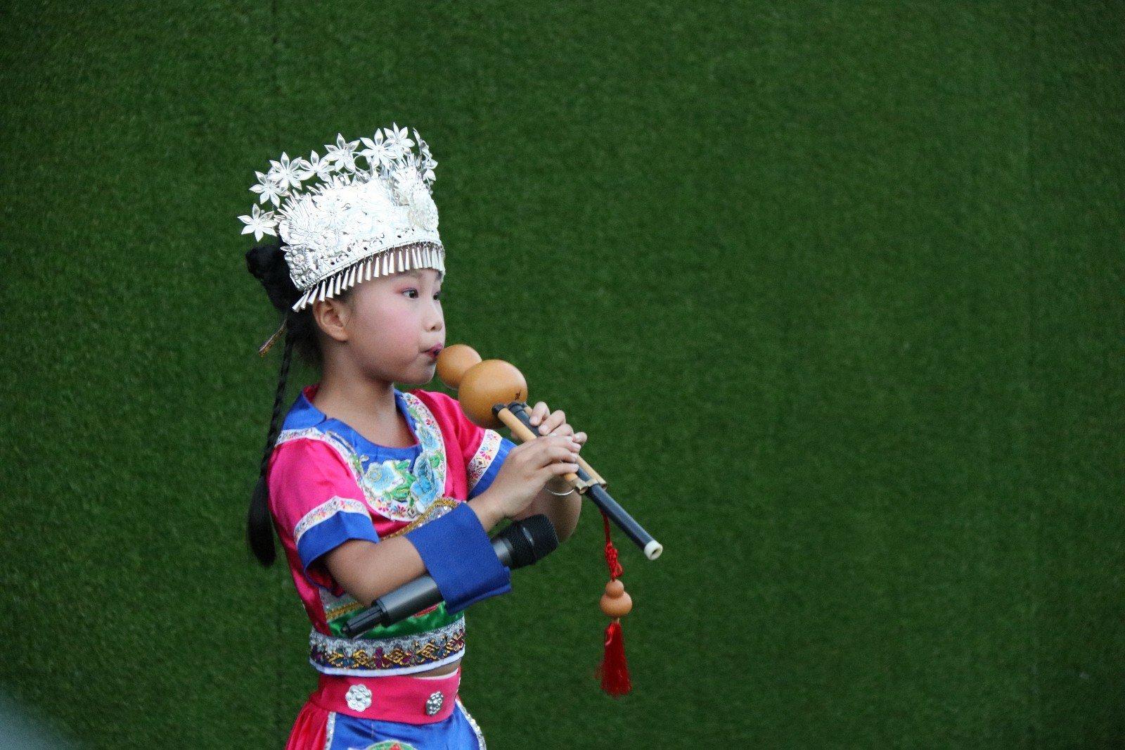 """上图:吉祥物""""多吉""""也在现场 上图:葫芦丝,巴乌合奏 《美丽的神话》"""
