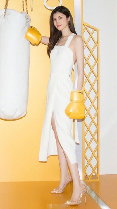 性感裸女扣逼美?_高开叉的裙摆设计性感又露出大长腿,让她看上去身高直逼两米,一双裸色