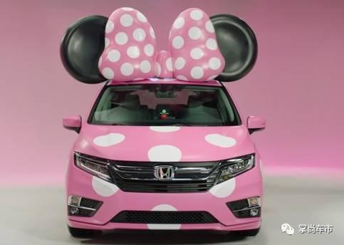 """整车颜色采用了卡通人物""""米妮""""蝴蝶结一样的粉色打底并且配上白色大波"""
