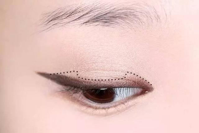 step  :用深棕色眼线笔沿着上睫毛根部画一条眼线,眼线从内眼角到外
