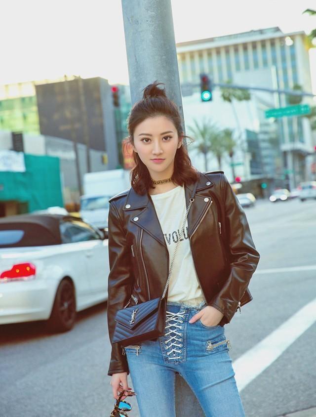 杨紫和景甜穿皮衣比美,一个生无可恋,一个很帅美