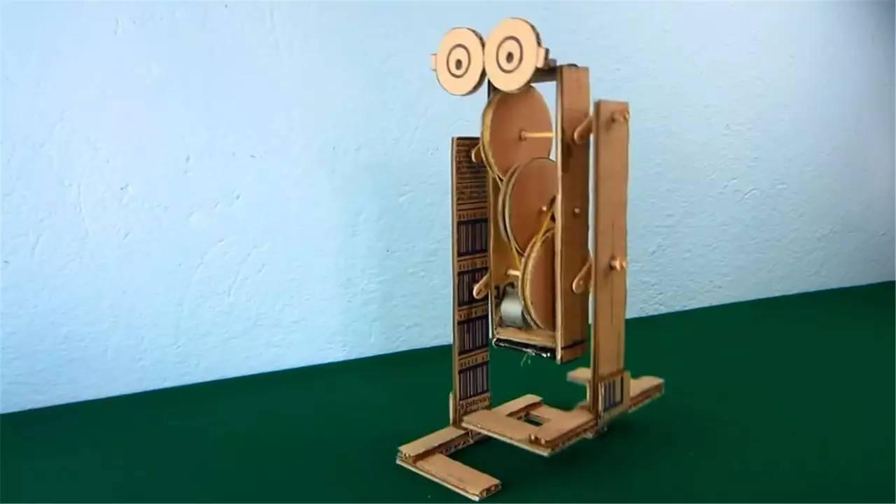 别人只会用纸箱装东西,他却用它做了个走路机器人