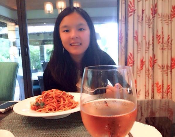 李咏15岁女儿法图麦·李脸蛋变美大变难找小时模样