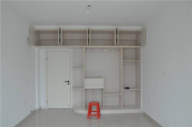 采用现场木工制作衣柜,材质可以进行自己选购,使其产品质量具有