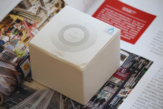 天然气报警器从外观来看,延续了小米的简约风格。白色正方立体的外包装,正面加入产品的外形。右上角还标注天然器报警器,起到防止和烟雾报警器混淆的效果。包装背面介绍了小米天然气报警器的主要参数。它的检测气体为甲烷,采用的ZigBee无线连接。还打上米家的logo。